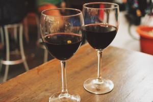 Setas y vino, copas de vino