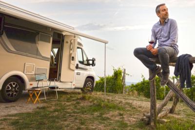 El placer de un nómada moderno, Autocaravana, vino y atarddecer