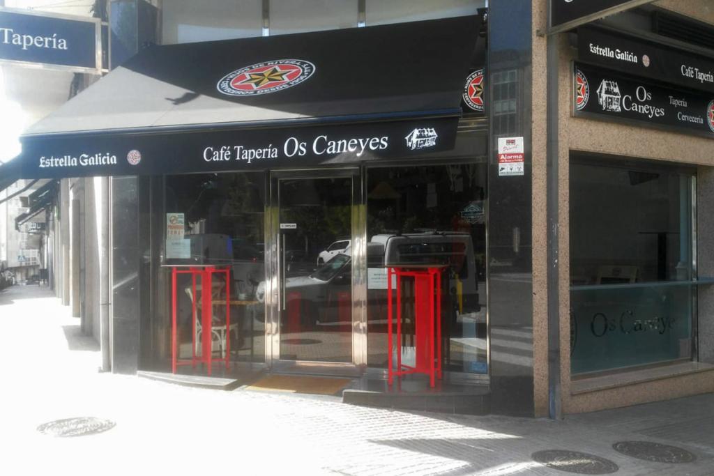 De bares `por Orense, Os Caneyes